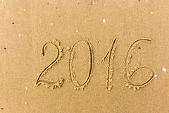 2016 anos escritos na areia da praia Fotografia de Stock Royalty Free