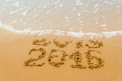 2016 anos escritos na areia, praia tropical Imagens de Stock