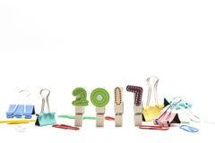 2017 anos feitos das braçadeiras de madeira e do clipe de papel isolados no whi Imagens de Stock