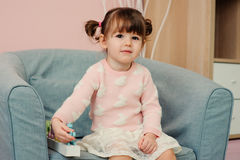 2 anos felizes bonitos do bebê idoso que joga com brinquedos de madeira em casa Foto de Stock Royalty Free