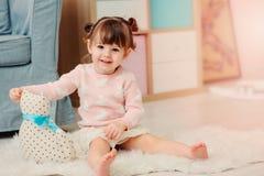 2 anos felizes bonitos do bebê idoso que joga com brinquedos em casa Fotos de Stock Royalty Free