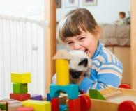 3 anos felizes da criança que joga com gatinho Imagens de Stock Royalty Free