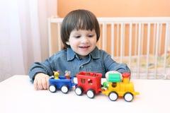 2 anos felizes da criança que joga o soprador plástico Imagem de Stock Royalty Free