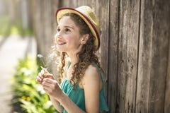 9 anos felizes da menina idosa no verão Imagens de Stock