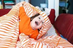 2 anos felizes das brincadeiras na cama em casa Foto de Stock