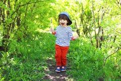 2 anos felizes do menino com lolly que anda no verão Fotos de Stock