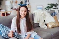 10 anos felizes menina idosa da criança ou do preteen que relaxa em casa foto de stock royalty free