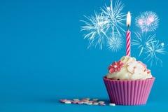 Anos novos cor-de-rosa do queque com vela imagem de stock royalty free