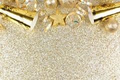Anos novos da beira da véspera no fundo brilhante do ouro Foto de Stock Royalty Free