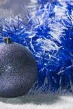 Anos novos da bola com ouropel azul e branco Foto de Stock Royalty Free