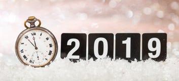 2019 anos novos de celebração da véspera Minutos à meia-noite em um relógio velho, fundo festivo do bokeh imagem de stock