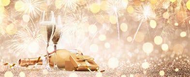 Anos novos de Eve Celebration com Champagne e fogos de artifício fotografia de stock royalty free