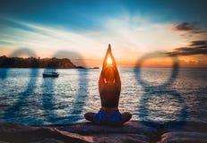 2018 anos novos de ioga da menina imagem de stock royalty free