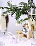 Anos novos de prata da esfera com presentes e champanhe Fotografia de Stock