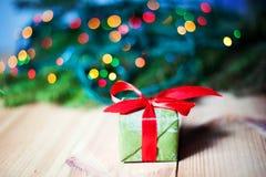Anos novos do presente perto da árvore de Natal Imagens de Stock Royalty Free