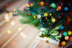 Anos novos do presente perto da árvore de Natal Fotografia de Stock