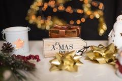 Anos novos e deco com luzes efervescentes, ramo do Natal do abeto Fotos de Stock Royalty Free