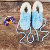 2017 anos novos escritos laços das sapatas e da chupeta das crianças Fotografia de Stock Royalty Free