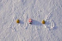 2016 anos novos escritos na neve do inverno e nos brinquedos do Natal Imagem de Stock Royalty Free