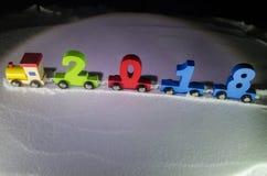 2018 anos novos felizes, números levando do trem de madeira do brinquedo de 2018 anos na neve Trem do brinquedo com 2018 Copie o  Fotos de Stock