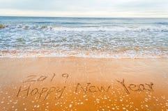 2019 anos novos felizes na praia Foto de Stock Royalty Free