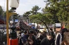 Anos novos ir japonês do dia ao santuário Imagens de Stock Royalty Free