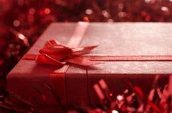 Anos novos vermelhos do presente da caixa de presente Fotografia de Stock