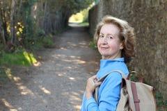 65 anos outdoorsy naturais da mulher adulta Imagens de Stock
