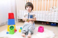 2 anos pequenos bonitos do menino que senta-se no urinol em casa Fotos de Stock Royalty Free