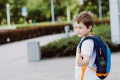 7 anos pequenos felizes da estudante que vai à escola Fotos de Stock Royalty Free