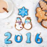 2016 anos perto dos bonecos de neve e dos outros pão-de-espécie Imagem de Stock