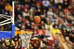 Anotando ganar señala en un juego de baloncesto