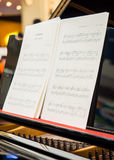 Anote la hoja en el piano clásico listo para ser realizado fotos de archivo libres de regalías