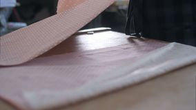Anpassa arbete på bitande tyg för studion, detalj av handen med sax lager videofilmer