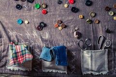 Anpassa mattt med den kulöra tråden, sax och knappar Royaltyfri Fotografi