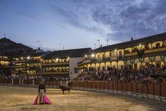 Anpassade den fyrkantiga borgmästaren för plazaen av Chinchon som en tjurfäktningsarena, Spanien Arkivbilder