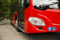 Anpassade en buss för att transportera rörelsehindrade personer Arkivfoto