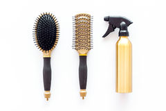 Anreden des Haares mit Kämmen und Werkzeugen im Friseursalon auf Draufsicht des weißen Hintergrundes Stockbild