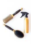Anreden des Haares mit Kämmen und Werkzeugen im Friseursalon auf Draufsicht des weißen Hintergrundes Lizenzfreie Stockfotos