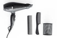 Anreden des Haares mit Kämmen und Werkzeugen im Friseursalon auf Draufsicht des weißen Hintergrundes Lizenzfreies Stockbild
