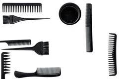 Anreden des Haares mit Kämmen und Werkzeugen im Friseursalon auf Draufsicht des weißen Hintergrundes Stockfoto
