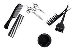 Anreden des Haares mit Kämmen und Werkzeugen im Friseursalon auf Draufsicht des weißen Hintergrundes Stockfotografie