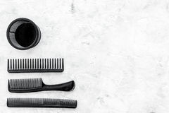 Anreden des Haares mit Kämmen und Werkzeugen im Friseursalon auf SteinDraufsichtmodell des hintergrundes Lizenzfreie Stockfotos