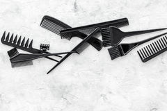 Anreden des Haares mit Kämmen und Werkzeugen im Friseursalon auf SteinDraufsichtmodell des hintergrundes Stockfotos