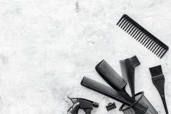Anreden des Haares mit Kämmen und Werkzeugen im Friseursalon auf SteinDraufsichtmodell des hintergrundes Lizenzfreie Stockfotografie