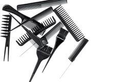 Anreden des Haares mit Kämmen und Werkzeugen im Friseursalon auf weißem Draufsichtmodell des Hintergrundes Lizenzfreie Stockfotografie