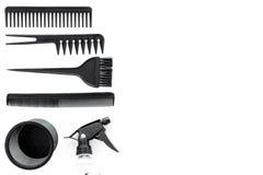 Anreden des Haares mit Kämmen und Werkzeugen im Friseursalon auf weißem Draufsichtmodell des Hintergrundes Stockbild