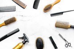 Anreden des Haares mit Werkzeugen im Friseursalon auf weißem Draufsichtmodell des Hintergrundes Stockfotografie