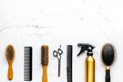 Anreden des Haares mit Werkzeugen im Friseursalon auf weißem Draufsichtmodell des Hintergrundes Lizenzfreies Stockbild