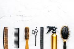 Anreden des Haares mit Werkzeugen im Friseursalon auf weißem Draufsichtmodell des Hintergrundes Lizenzfreie Stockbilder